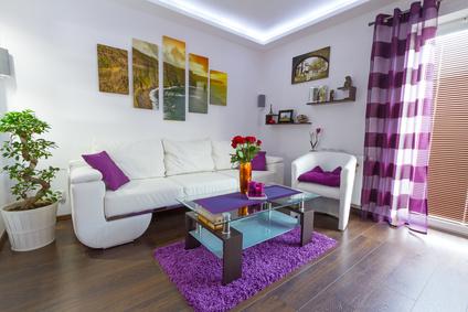 חדר צבעוני עם ווילונות, תמונות ושטיח