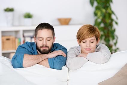זוג על הספה מדמיין את העתיד