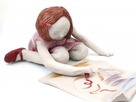 פסל של ילדה מציירת