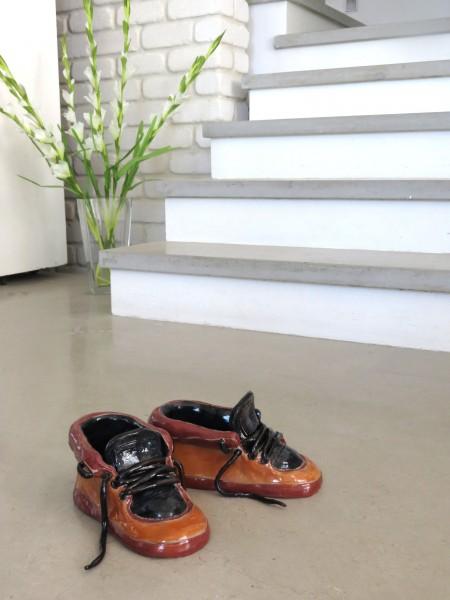 פסל של נעליים ליד מדרגות