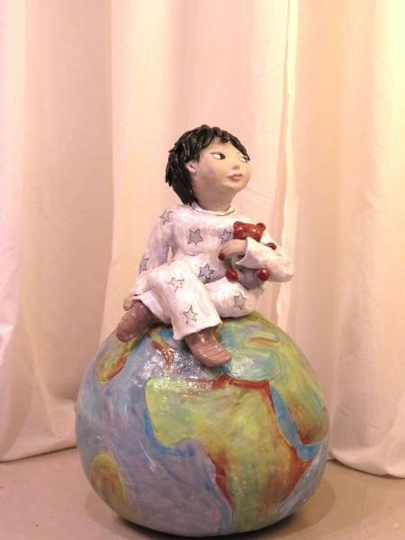 פסל של ילד על כדור