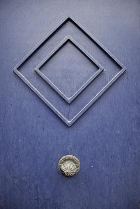 דלת כחולה עם ידית מעוצבת