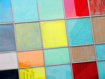 חלון בלגי מחולק למשבצות צבעוניות