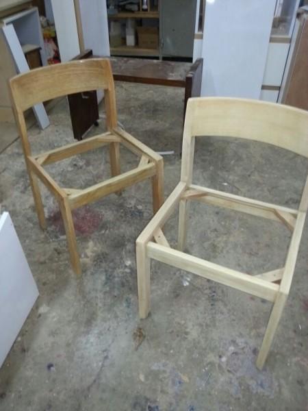כסאות עץ לפני שיוף