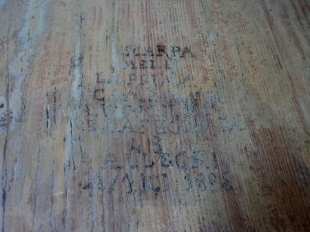שמות חרוטים על השולחן