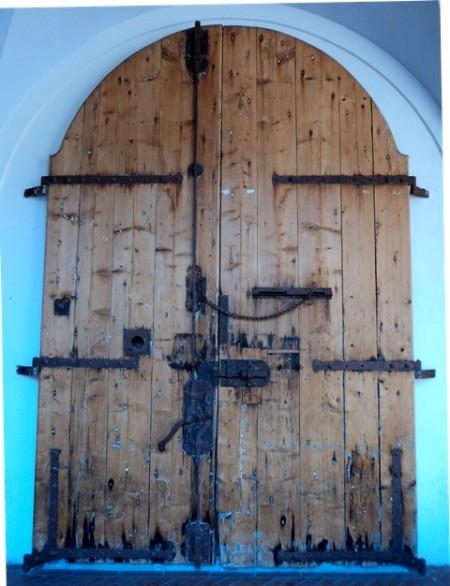 דלת עתיקה ומאסיבית מעץ