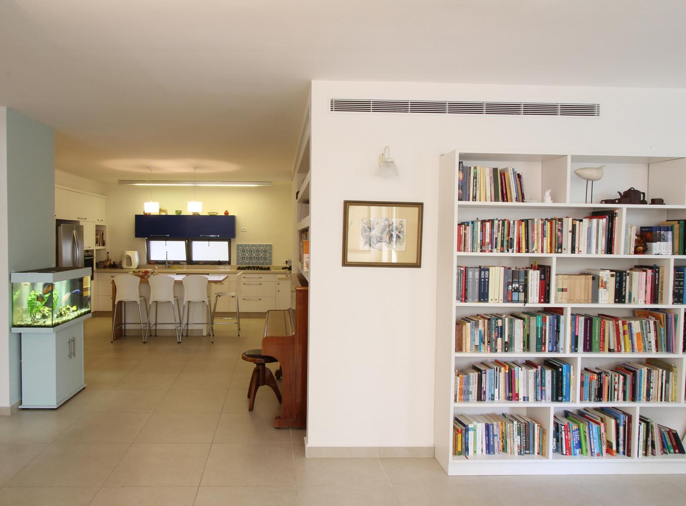 רהיטים קיימים של בעלי הבית השתלבו בעיצוב ביתם החדש