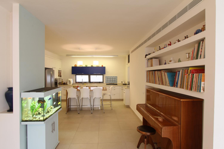 בכניסה לבית פוגשים את הפסנתר, שהמרחב מסביבו מאפשר האזנה לנגינה