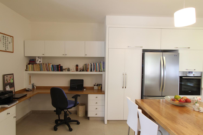 פינת העבודה הצמודה למטבח מוצנעת מהסלון
