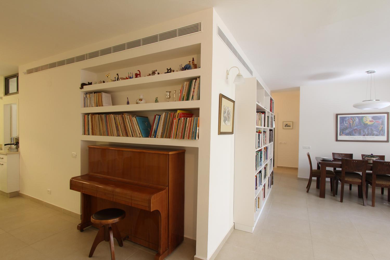 פינת האוכל והפסנתר – הספריות מאורגנות כך שלא מורגש עומס בחלל