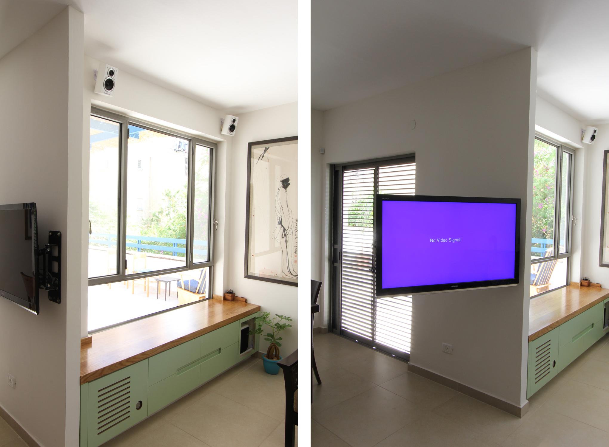 בסלון: החלון שנפתח למרפסת ופתרון לצפייה בטלוויזיה שאינו יוצר הפרדה בחיבור בין הסלון בין פינת האוכל