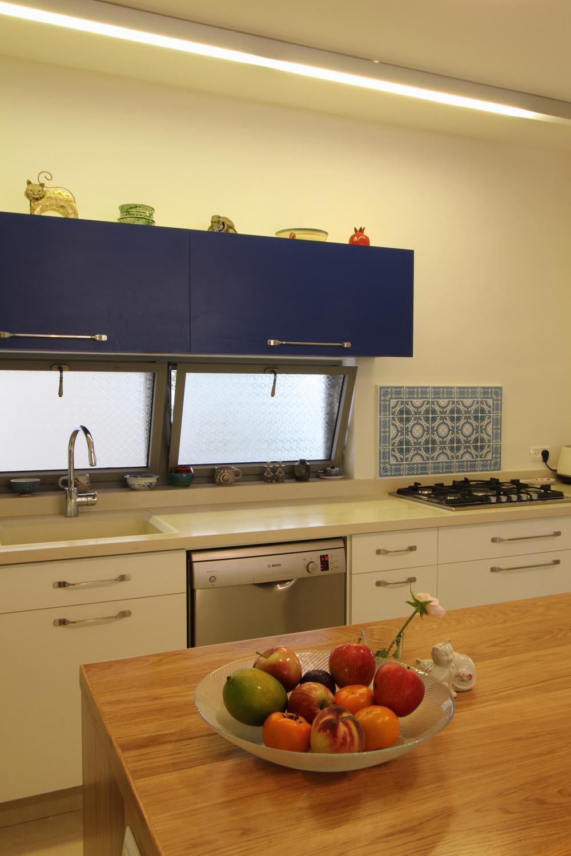 מבט נוסף למטבח – שימוש בכחול ובעץ טבעי
