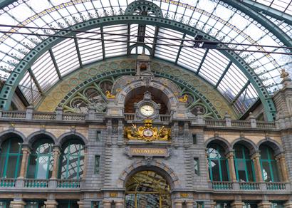 חלונות יפים בתחנת רכבת בלגית