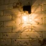 תאורה על קיר אבן