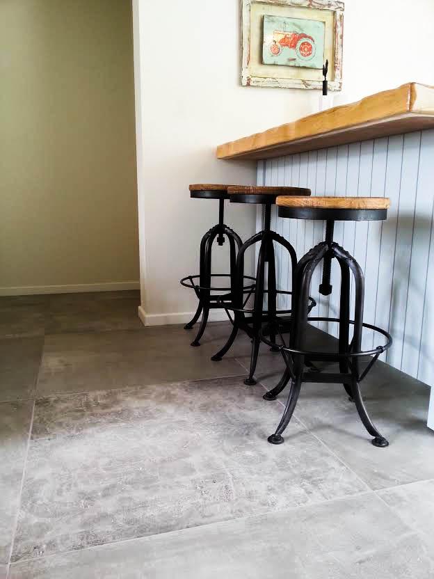 מסדרון ובר עם כסאות
