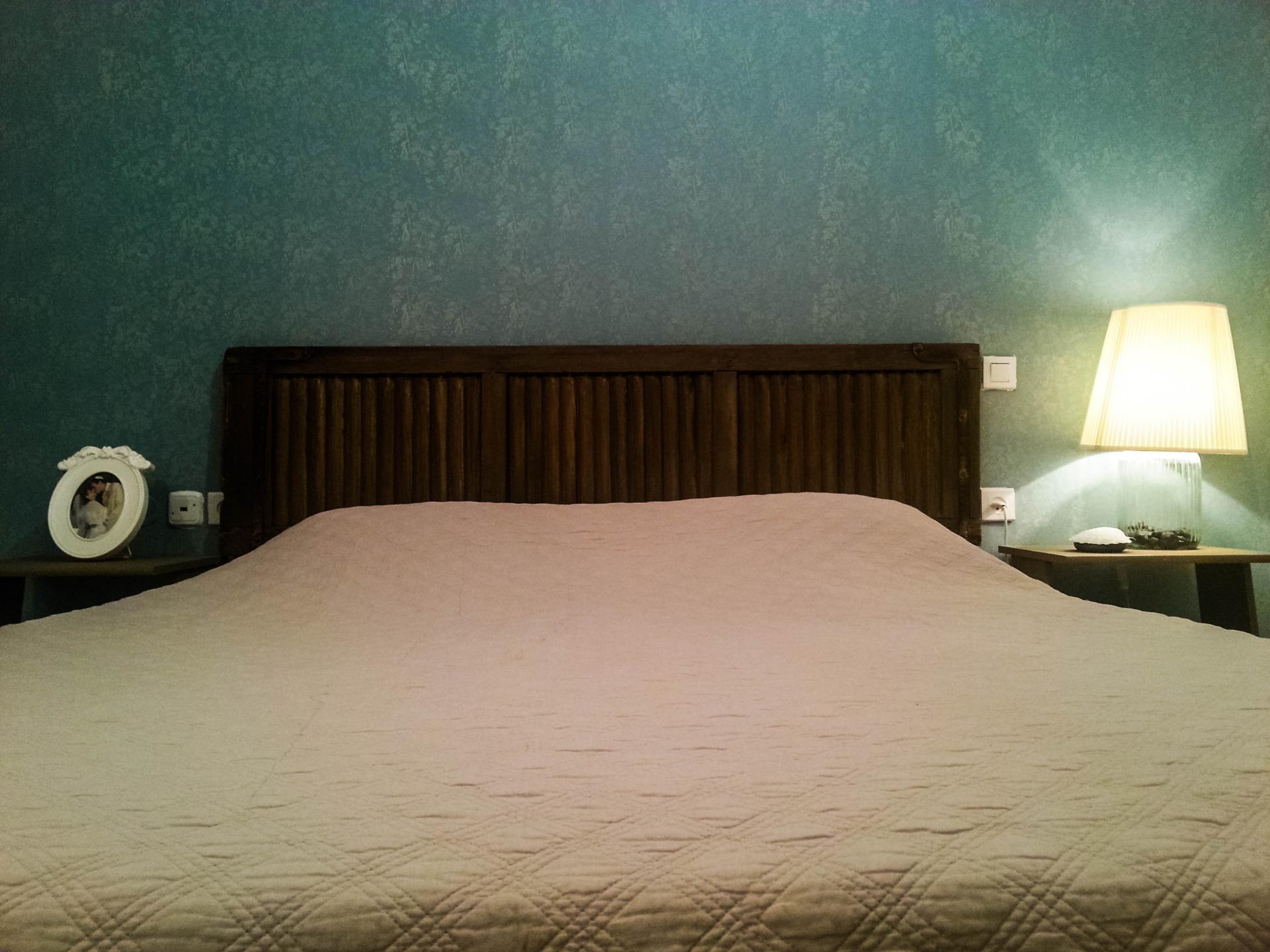 תריס ישן כחלק אינטגרלי ממיטה זוגית