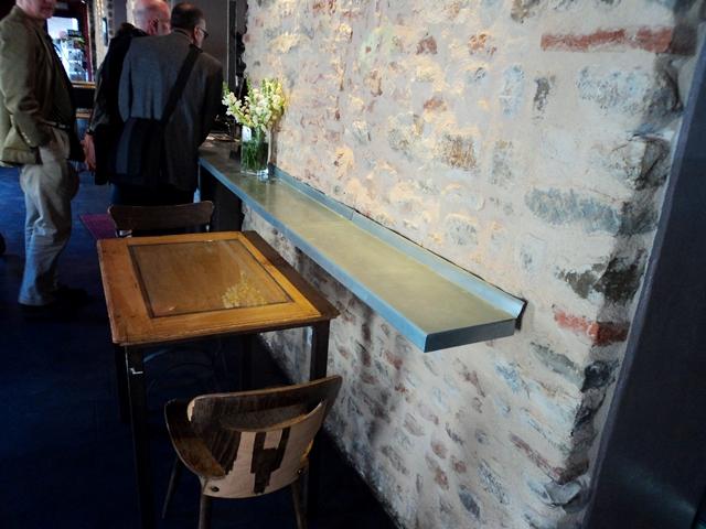 פינת ישיבה עם שולחן צמוד קיר