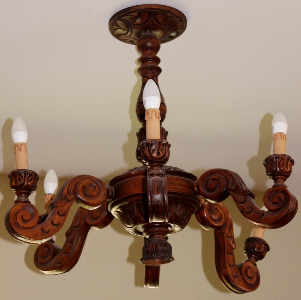 שנדליר מעץ עם מנורות דמוי נרות